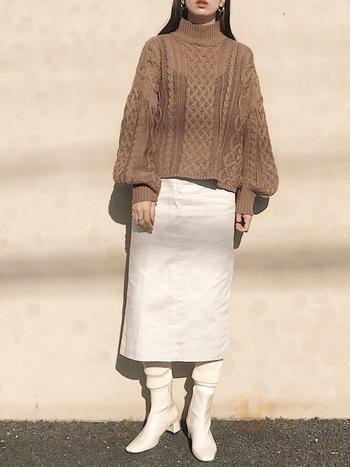 白のタイトスカートとライトブラウンのボリュームニットが絶妙なバランスの着こなし。足元もあえて白でまとめることで、周りと差をつけるワンランク上のスタイルとなっています。