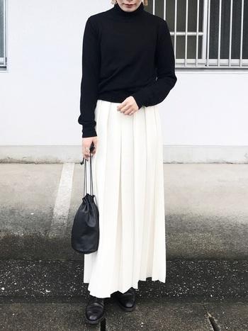 揺れるドレープが美しいプリーツスカートは、冬の装いを華やかに、そして品よくまとめてくれます。小物をレザー系でまとめれば、どこかマニッシュな印象も感じさせる着こなしに。