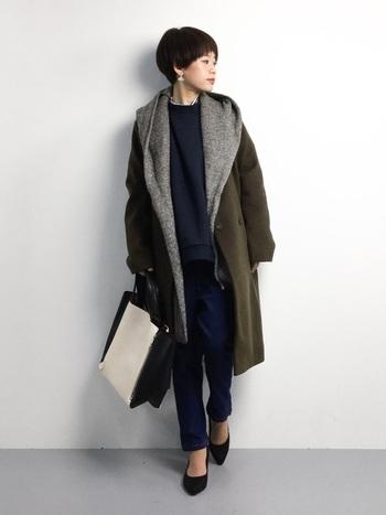 ベーシックなデザインのチェスターコートも、フード付きのニットストールを重ねることで、いつもとは一味違うおしゃれな着こなしに。女性らしさを残しつつも、チェスターコート・スウェット・デニムなど、メンズライクなアイテムを組み合わせたボーイッシュな着こなしが今年らしい印象です。カーキ×ネイビーのシックな色使いも、大人っぽい雰囲気で素敵ですね。