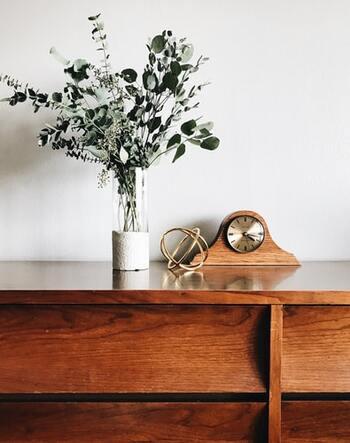 しかし無垢材の難点は、乾燥によるひび割れや湿気による反りを起こしやすく、汚れなどをそのまま木肌に吸い込んでしまうことです。そこで、表面を傷や汚れ、水分から保護し、見た目にもツヤのある美しい仕上がりにするため、多くの家具には何らかの塗装が施されています。
