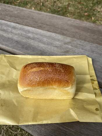 """四角い形の「クリームパン」は、ジャージー牛乳で作った自家製カスタード入り。一般的なクリームパンの形とは異なる、""""ミニ食パン""""のような形がなんとも可愛いですね。"""