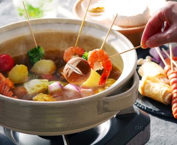 具材の彩どりが綺麗なカレー鍋。火が通りにくい具材を下茹でしておくのが、美味しさのポイント。スパイシーなスープの香りが食欲をそそります。お好みの具材を刺して、いろいろなアレンジで楽しんでみてください。