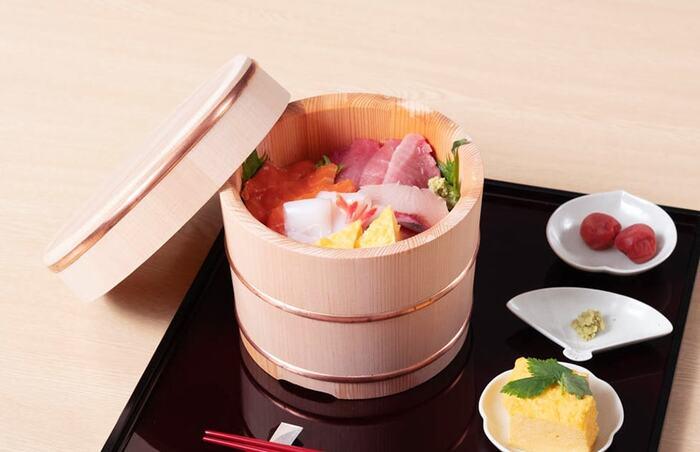 おひつはご飯を入れておくだけのものではありません。夏は水を張ってそうめんボウルとして使うと、涼しげで素敵ですし、ちらし寿司や手巻き寿司のときのお寿司用の桶としても使えます。いろいろな使い方ができるのはうれしいポイントですね。