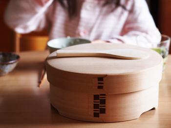 ないと困るものではないけれど、あると普段食べているご飯がもっとおいしくなり、暮らしに潤いを与えてくれる「おひつ」。日本で古くから愛されてきた伝統的な食生活の良さを再発見してみませんか?