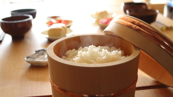 日本に古くから伝わる「おひつ」。かつて、かまどでご飯を炊くのが主流だった時代、時間や手間のかかる炊飯は1日に一回もしくは2日に一回でした。食べるときまでご飯を入れて保管してくれるのが「おひつ」の役割。電気炊飯ジャーが普及した最近ではあまり見かけなくなりましたが、単にご飯を保存するためのものではなく、ご飯をよりおいしくしてくれる良さがあります。