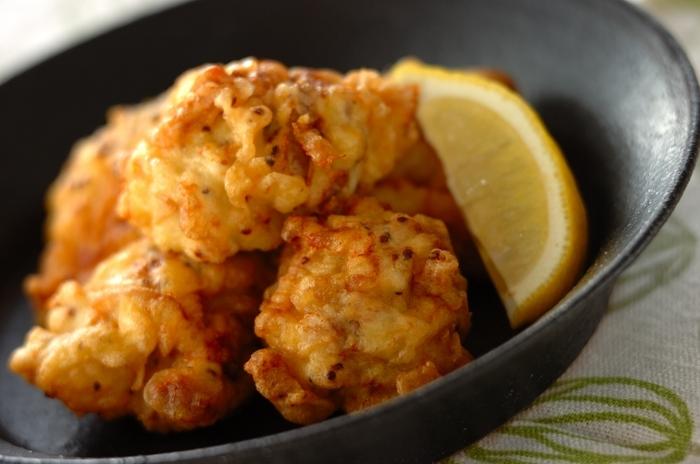チキンのフリットの生地に炭酸水を混ぜるといつもの唐揚げとはまた違った食感を楽しむことができます。下味に使ったマスタードもいい感じ♪おつまみにオススメの炭酸水を使ったレシピです。