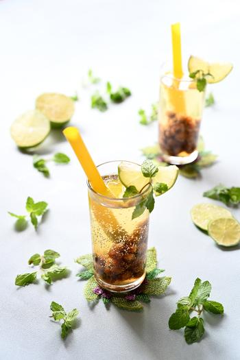 凍頂烏龍茶に流行りのタピオカを入れ強炭酸で割った大人なタピオカドリンクも作れちゃいます。ライムとミントを入れることでモヒート風になるのもポイントです。お酒が飲めない人でも楽しめるカクテル風ドリンクレシピです。