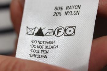 一番左の表示に注目。桶にバツ印がついているものは、洗濯機でも手洗いでも、水洗いすることができません。この表示のあるものはクリーニング屋さんにお願いしましょう。