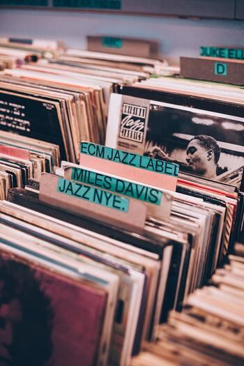 アメリカを代表するジャズボーカリスト、故・ビリー・ホリデイは、八重咲きのクチナシを髪につけてステージに立ったことでも知られています。