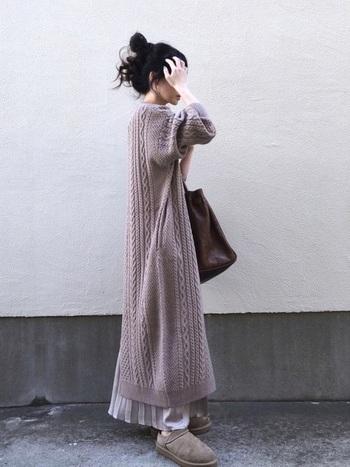 後ろ身頃の裾にスリットが入ったケーブル編みロングワンピースは、程良いボリューム感でゆったりとしたシルエット。光沢感のある上品なプリーツスカートをチラ見せしてレディライクに。ふかふかのムートンスリッパで足元もあったか!