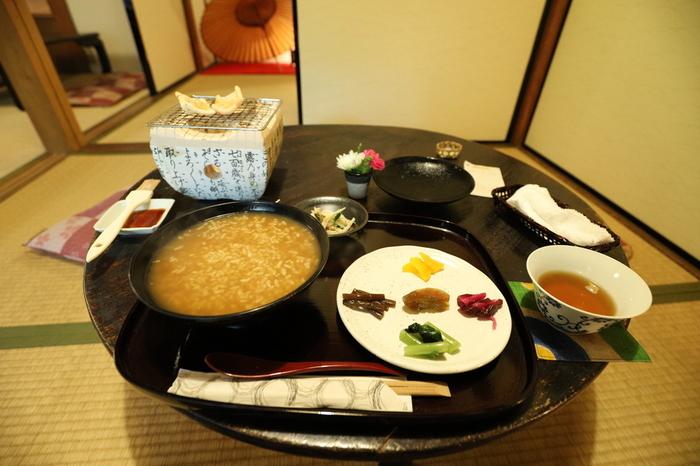 町屋かふぇ・環奈では、奈良の郷土料理「茶粥」をいただくことができます。「茶粥」とは、お米を番茶などのお茶で炊いたお粥で、お茶独特の風合いをしています。和の情緒たっぷりの空間で、奈良特有の郷土料理、茶粥をいただき、くつろいでみてはいかがでしょうか。