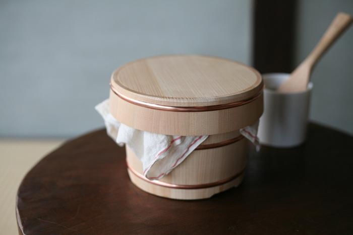 1997年創業の「東屋(あづまや)」は、日本の工芸技術を用いた高品質で美しい日用品を生み出し続ける、日本を代表する工芸品ブランド。こちらはそんな「東屋」の、樹齢100年をこえる木曽さわらの貴重な柾目材を使って作られたおひつ。高い吸水性があり水分に強いので、きちんとお手入れすれば長く使えます。