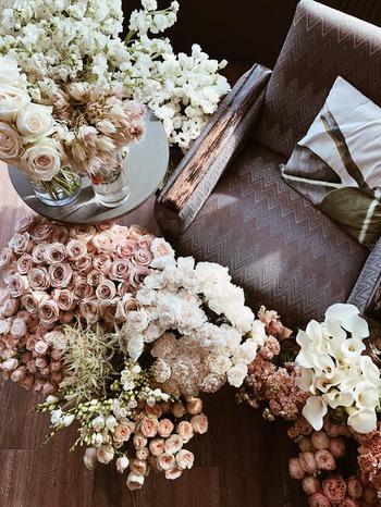 花の女王・バラは、数限りなく芸術のモチーフにされてきました。 贈りものとしても人気が高く、国内では、菊やカーネーションと並ぶ三大花卉(かき)としての生産量を誇っています。
