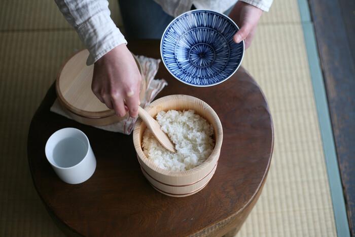 炊きたてのご飯を入れるとおひつが余分な水分を適度に吸収し、ご飯本来の旨味と甘味を引き出し、適度な歯ごたえに整えてくれます。ふだん食べているご飯がいつもにも増しておいしく感じます。