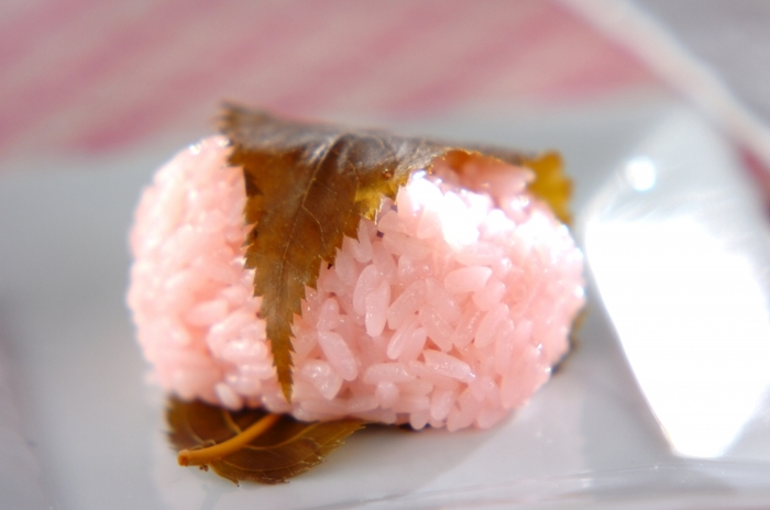 関西風の道明寺さくらもちを、もち米で簡単に作れるレシピです。可愛らしく桜色に染められた甘いもち米と、桜の葉っぱの塩漬けとの相性がぴったりです。