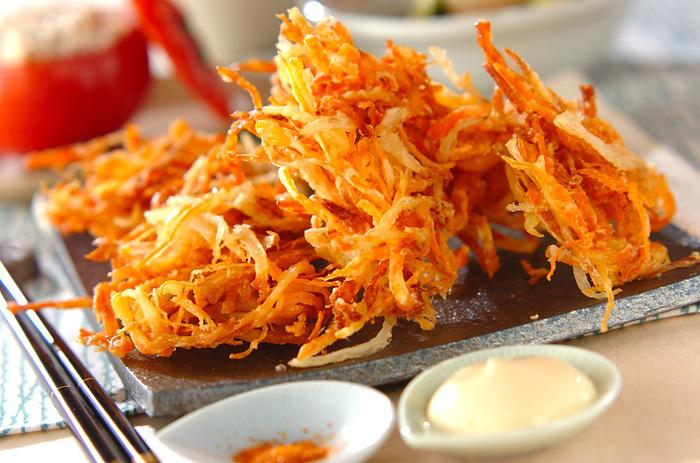 そのままでも十分おいしいサキイカに、玉ねぎやちくわなど細切りアイテムを絡めて揚げれば、味付けもしっかり効いたかき揚げに大変身!そのままでも、マヨネーズや七味をつけても美味しい逸品。まさにアイデア光るレシピです。