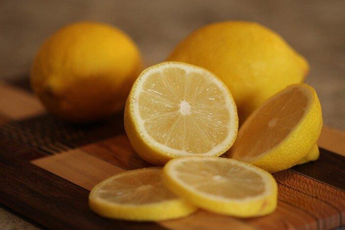 薄くスライスして小さくカットしたレモンをおかずの上に乗せるだけで、彩りになりますよね。さらに殺菌効果も期待できるので、暑い季節にはお弁当の中身が傷みにくくなるというメリットもあります。