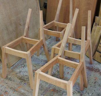 無垢材家具とは、天然木の丸太から切り出された製材=無垢材を使って作られた家具のことです。純粋な材木から仕立てられているため、重厚感と耐久性があり、長く使うほど風合いが増してきます。