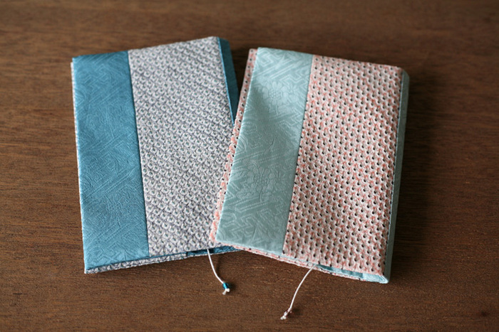 絞り染めの生地とのコンビネーションが美しいブックカバーです。艶のある絹100%の織りは和装はもちろん洋服にも似合いそう。栞に付いたビーズもさり気なくて可愛らしい。