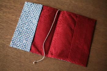 セミオーダー式で、絞り染の色と下地の色を選んで作ることができます。艶やかな赤と深みのある藍色などイメージに合わせて自分だけのカバーを作ろう。
