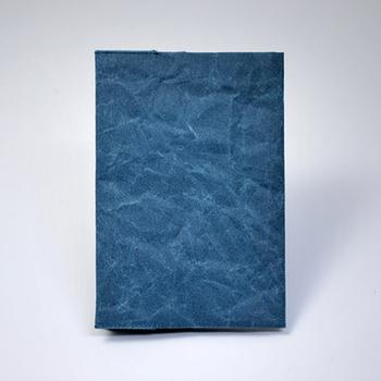 和紙に特殊な加工を施した「SIWA」。独特の風合いが表情豊かで他にはない魅力があります。気兼ねなくざっくりバッグに入れて持ち歩けそう。