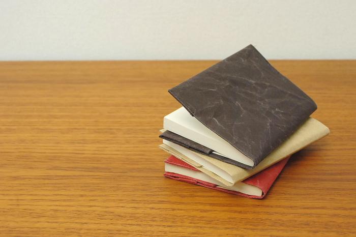 夜の時間が長くなるこれからの季節、お気に入りのブックカバーと栞を用意して、ゆったりと読書タイムをエンジョイするなんて素敵です。本のイメージで選んだり質感で選んだりして、ブックカバーと本や栞の組み合わせを楽しむのもおしゃれです。