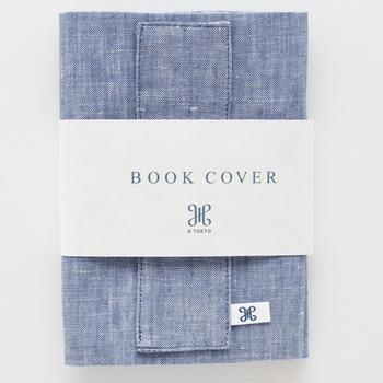 表は張りのあるリネン、内側は優しいコットンで出来たブックカバーです。さらりとした手触りは本を読む気持ちも心地良くさせてくれそう。