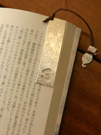 銀細工が施された栞は、銀独特の鈍い輝きが美しくシックです。可愛らしい猫の細工がほっこりとさせてくれます。革の色合いはブルーやホワイトなどから選ぶことができます。