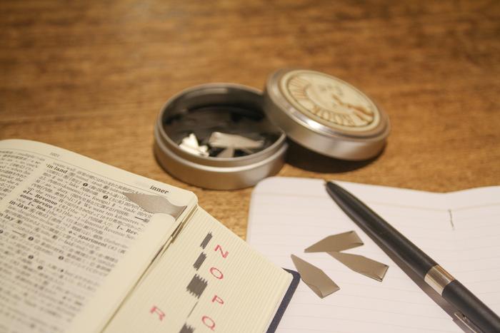 ダーツの形をしたクリップタイプの栞です。コンパクトだから、付箋感覚で使いやすそう。読書以外の本の目印にも。