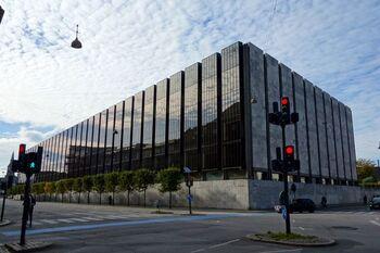 アルネヤコブセンのデザインの最高傑作「デンマーク国立銀行」。この建物を設計した際にトータルデザインとして手掛けられたのが、こちらの【Bankers】の時計。