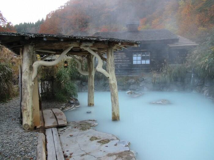 1638年に秋田藩主 佐竹義隆公が湯治に訪れた記録が残っている、江戸時代から続く湯治場、乳頭温泉郷。 その中でも最も古い宿として知られているのがこちらの鶴の湯温泉です。