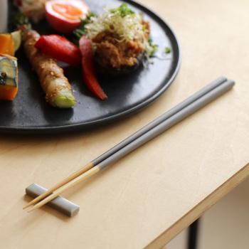 毎日使うお箸、先の部分が黒ずんだり、古くなってきていませんか。何気なく使っていると、劣化していることに意外と気が付きにくいもの。昔から、お正月の準備に新しいお箸は欠かせません。竹製のものなど、ちょっと上質なお箸を準備して、おせちやお雑煮を食べるのもいいですね♪
