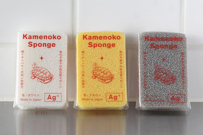 キッチンのスポンジ、古くなっていませんか?100円均一などでも気軽に手に入るスポンジですが、新年には機能性に優れたものに買い換えるのもおすすめです。少ない洗剤でも泡立ちが良かったり、スポンジそのものの抗菌力が高いものもありますよ。