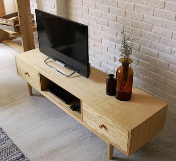突板家具は、一見しただけでは無垢材家具とほとんど区別がつきません。ただし、表面のシート部分が剥がれると下のベニヤが出てきてしまい、修復も難しいのが難点。傷が付きやすい場所で使い続ける家具にはやや不向きと言えます。