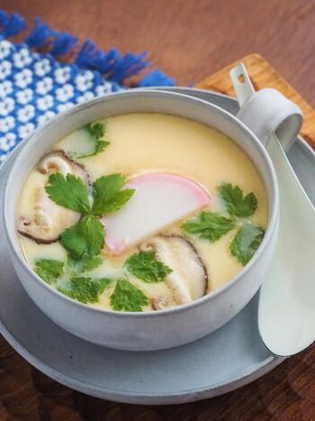 """蒸し器がなくても、マグカップとフライパンを使って、本格的な茶碗蒸しができます。あまり泡立てない方が""""す""""が立ちにくくなります。また、ざるで卵液を濾すのもお忘れなく。"""