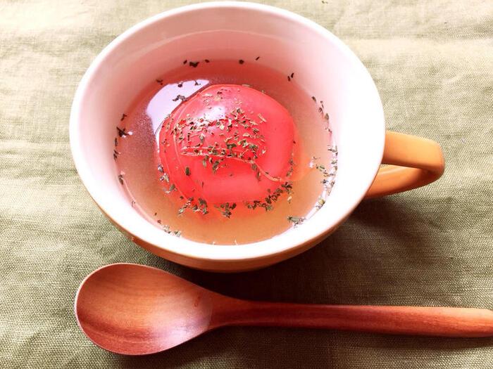 マグカップにトマトやコンソメを入れて熱湯を注ぎ、レンジで約3分。栄養も充実感も満点の1杯です。寒い朝にもいいですね。色もきれいで元気に1日を始められそうです。