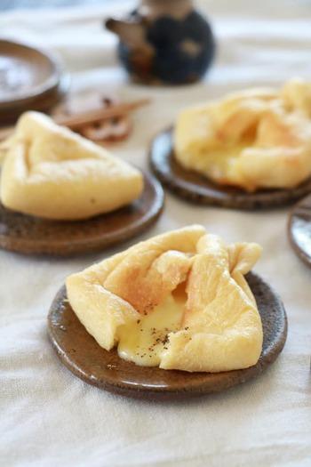 油揚げにとろけるチーズを入れてフライパンでサッと焼くと…お酒が進むリッチな一品に!まさに反則なおいしさの、おつまみレシピです。