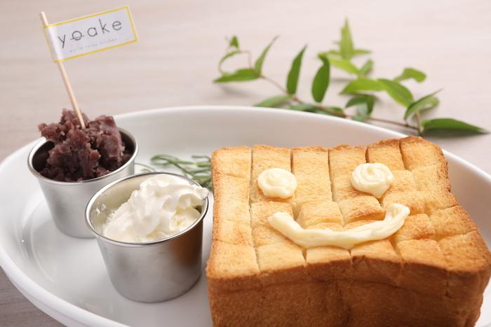 ドリンク代に追加料金なしで食べられる「yoakeトースト」。スマイルが描かれていてとってもキュート!あんこと生クリームが付いてきます。名古屋の人気おはぎ店「OHAGI3」を運営している会社のカフェなので、あんこは絶品と評判。料金をプラスすれば、ホットドッグやあんこが食べ放題の小倉トーストも選べますよ。