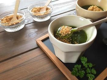 片栗粉や抹茶を入れたマグカップに熱湯を一気に注ぎ、よく混ぜ合わせます。そして、きな粉などをのせて、あったかいわらび餅風に。風邪気味のときなどにもうれしい和スイーツですね。