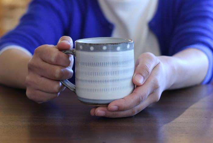 どっしりした雰囲気のマグカップも、和風のマグ料理などに合いますね。こちらは、福岡県の小石原焼きの伝統を受け継ぎつつ、現代性を取り入れた若手作家・和田祐一郎氏の作品。電子レンジOK、オーブン不可。
