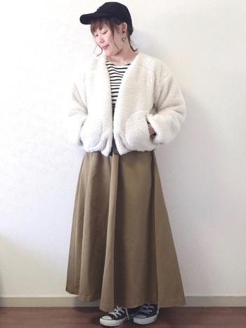 ショート丈のボアアウターはフレアスカートと合わせてメリハリを出すとグッドバランス。スカートをブラウン系にすることで、黒よりもナチュラルで優しい印象のコーデに。