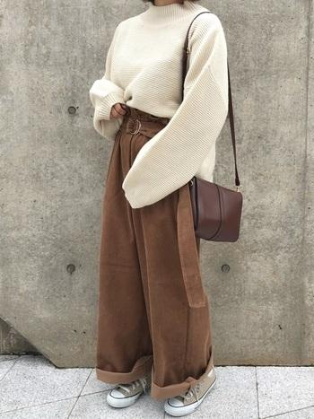 モックネックニットは今季注目のアイテム。白をセレクトしてボーイな着こなしに柔らかさをプラスしましょう。ワイドパンツにタックインして着ると着膨れが防げて◎