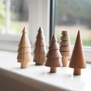 イギリスのデザインスタジオ「The Arboretum」が手がける、木への感謝の気持ちから始まったというツリーオブジェ。あたたかみのある木のオブジェが並んでいる姿はまるで童話の世界のよう。