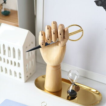 ユニークなアイテムや木の素材を生かしたアイテムが揃うデンマークのブランド「HAY」のリアルな手のオブジェ「Wooden Hand」。女性の手とほぼ同じサイズで、関節の曲がり具合などリアルな感じがとてもクール。