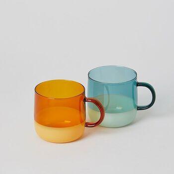 耐熱ガラスで、カラーガラスとミルクガラスの2トーンになったデザイン。中が見えるので、色合いがきれいなマグ料理に使うとおしゃれですね。電子レンジOK、オーブン不可。