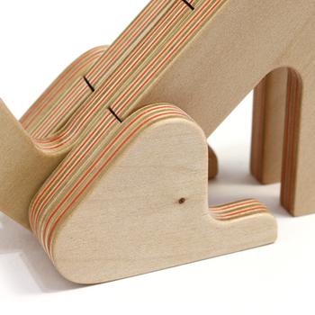 積層された板の間に、鮮やかな色の再生紙を挟んで作られたPLYWOOD laboratory独自の合板「Paper-wood」は、北海道産の木材にこだわり、丁寧に製造されています。そのため切った際、そのままで使用できる高品質で美しい断面の合板に仕上がっています。