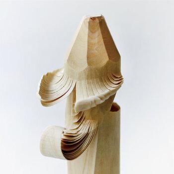 「お鷹ぽっぽ」は、笹野一刀彫の「一刀」にあたる刃物のサルキリという刃物一本で作られているのが特徴です。どこから見ても美しく彫られた木の佇まいが見事。また、光のあたり方で様々な表情を楽しめ、和洋どんなインテリアとの馴染みも良くて◎。