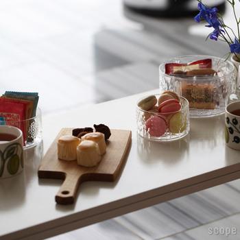 友人を招いたティータイム。おもてなしの気持ちを表すために、カッティングボードにお菓子をかわいく盛り付けて。