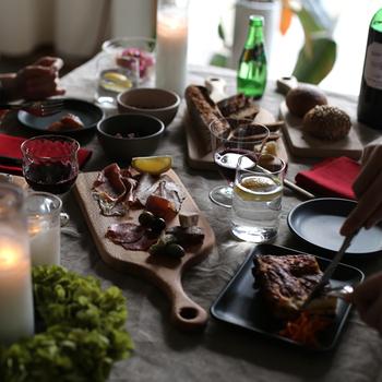 ホームパーティーの時、ハムやサラミなどのおつまみをカッティングボードに盛り付けるだけで、テーブルがスペシャルな空間に早変わりします。