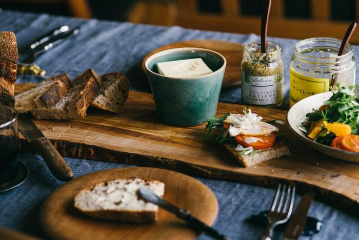 大き目のカッティングボードに、カットしたパンやパンに塗るスプレッド、トッピングする野菜類やハムなどをひとまとめにのせておくとなんだかいい感じに。ボードの上でパンを切ってそのままサーブできるので便利です。